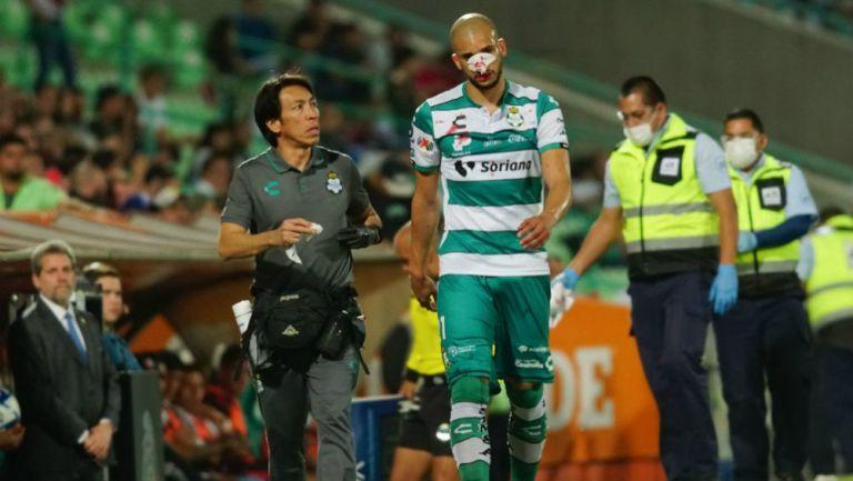 Matheus Dória salió lesionado del partido