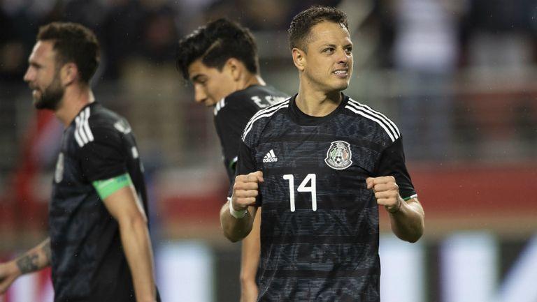 Chicharito Hernández, celebra un gol con México