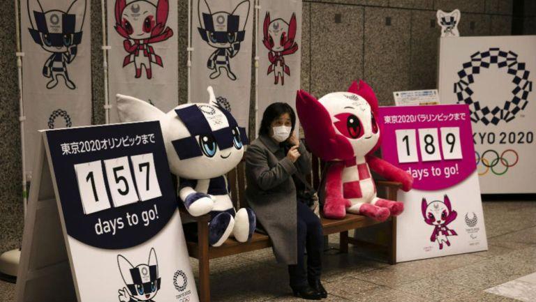 Una mujer se retrata con las mascotas de Tokio 2020