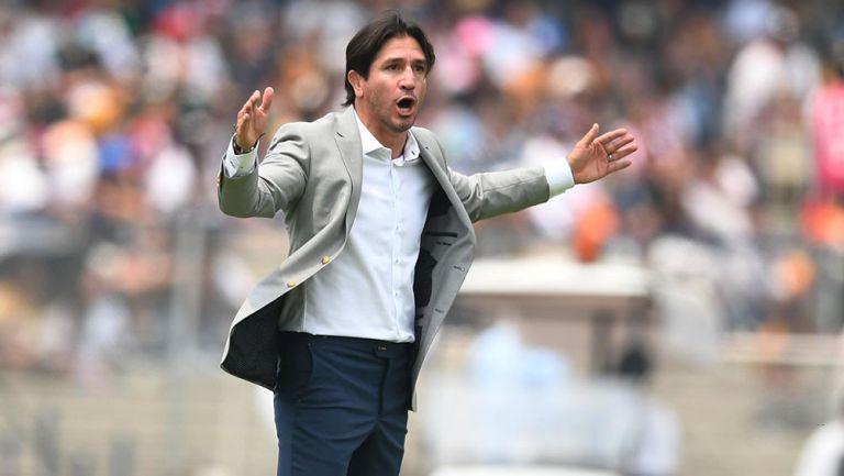 Bruno Marioni en un partido como técnico de Pumas