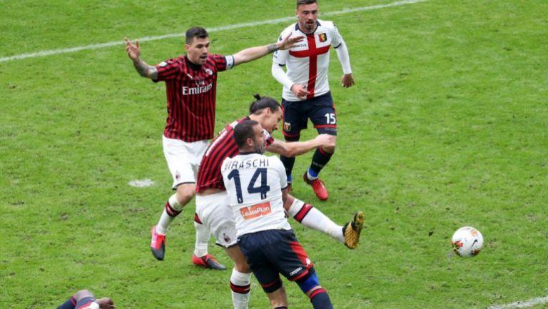 Zlatan impacta el balón en juego de la Serie A