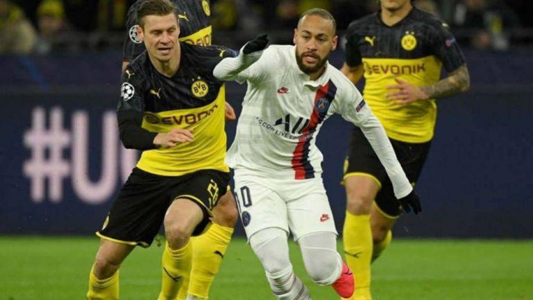 Pelea por el esférico en el duelo de Ida entre Borussia Dortmund y PSG