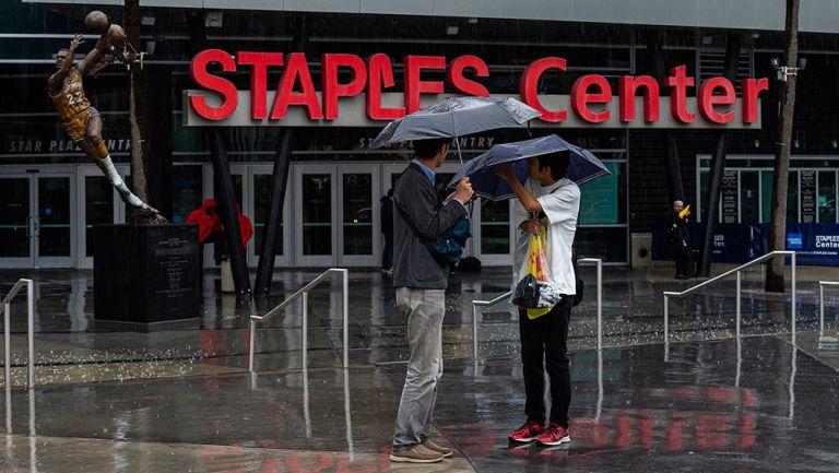 Un par de aficionados, en las afueras del Staples Center