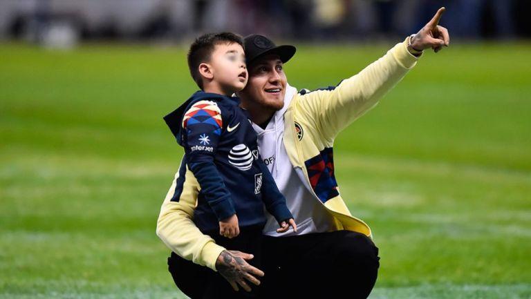 Nico junto a su hijo en la cancha del Estadio Azteca