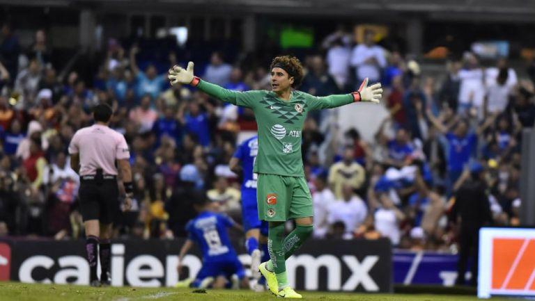 Guillermo Ochoa en reclamo ante Cruz Azul