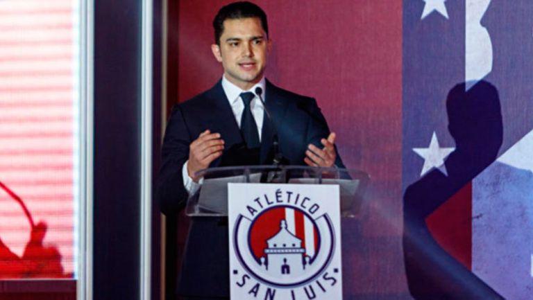 Marrero ofrece un discurso en conferencia de prensa
