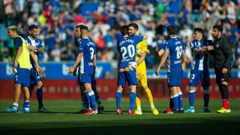 Jugadores del Alavés se abrazan en un partido