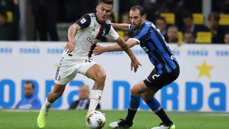 Dybala pelea un esférico con Godín en la Serie A