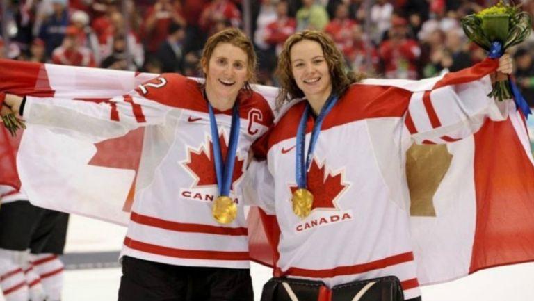 Hayley Wickenheiser (izquierda), medallista Olímpica