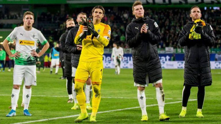 Jugadores del Mönchengladbach saludan a su afición