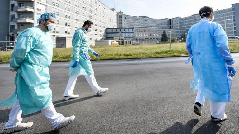 Personal médico camina en Cremona, Italia