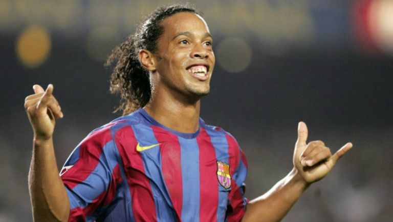 Ronaldinho festeja una anotación con el Barcelona