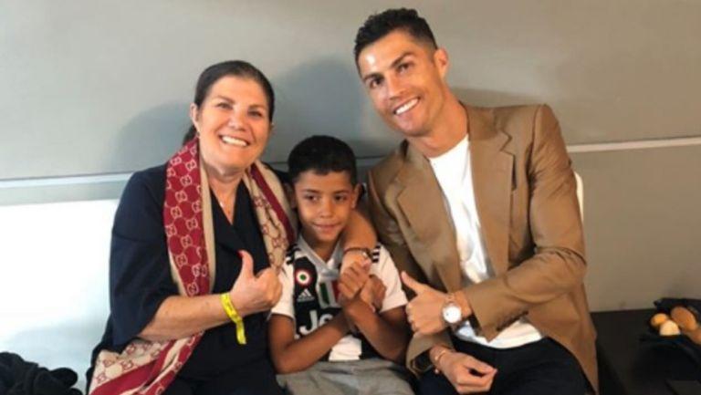Madre de CR7 posando con él y su hijo
