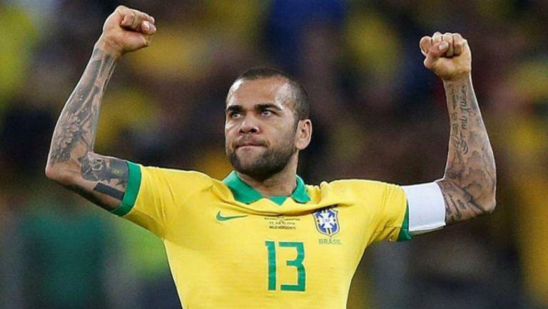Dani Alves en celebración de gol