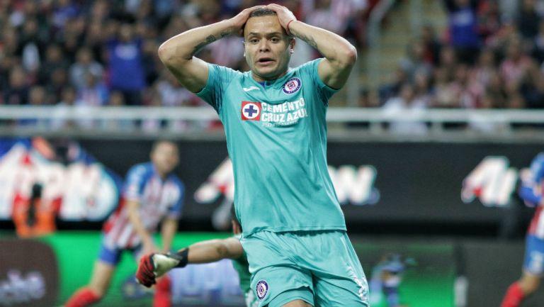 Jonathan Rodríguez en lamento durante un partido con Cruz Azul