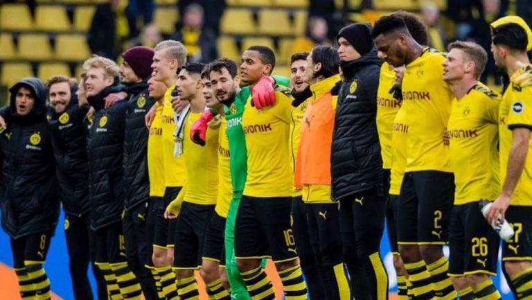 Jugadores del Dortmund abrazados tras un juego