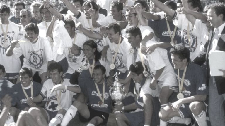 Cruz Azul celebrando su título de Liga en el Invierno 1997