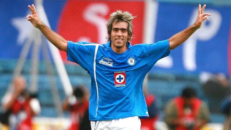Chelito Delgado festeja un gol con Cruz Azul