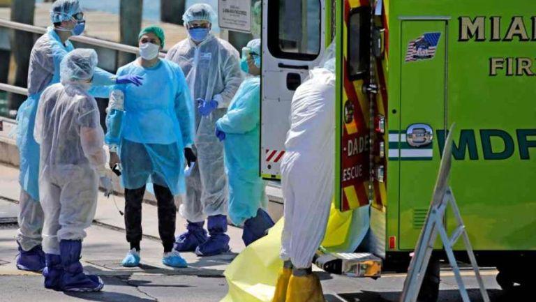 Médico atiende a pacientes de coronavirus