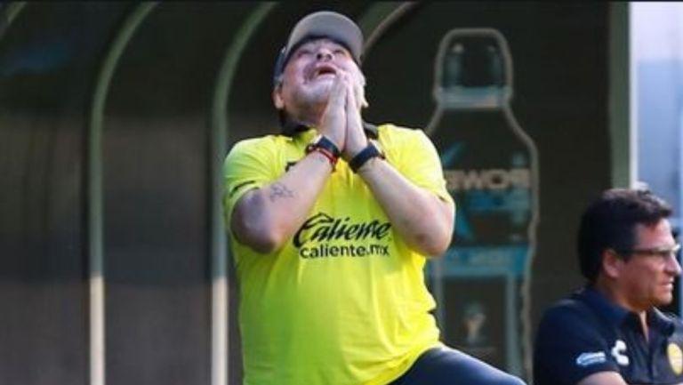 Maradona mira al cielo en un partido con los Dorados de Sinalóa