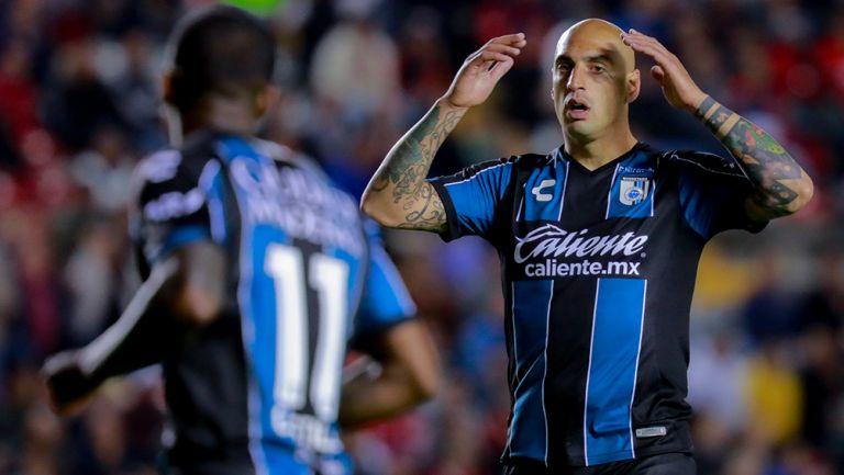 Ariel Nahuelpán se lamenta en un partido con Querétaro