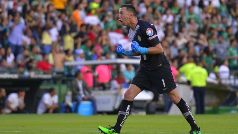 Agustín Marchesín celebrando un gol en su paso por América