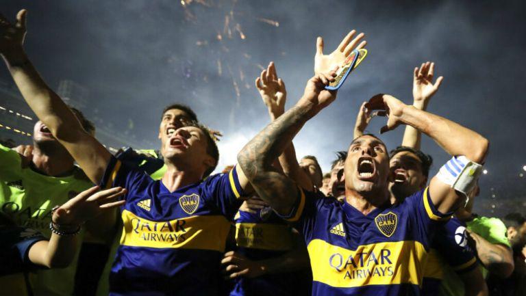 Jugadores del Boca Juniors celebran la victoria ante Gimnasia y Esgrima