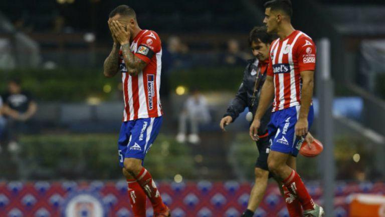 Jugadores del Atlético San Luis en lamento durante un partido