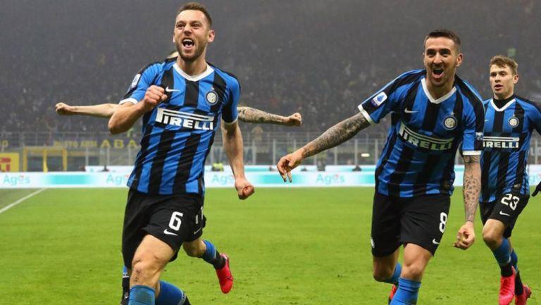 Jugadores del Inter festejan un gol