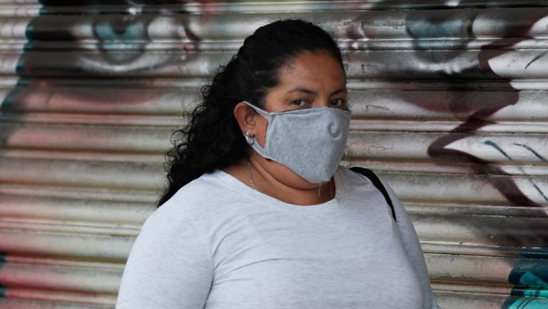 Mujer usa una máscara protectora en la CDMX
