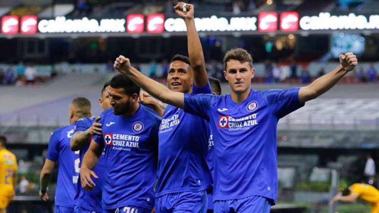 Jugadores de La Máquina celebran un gol