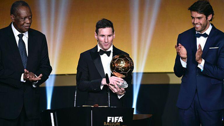 Messi recibe el Balón de Oro de las manos de Kaká
