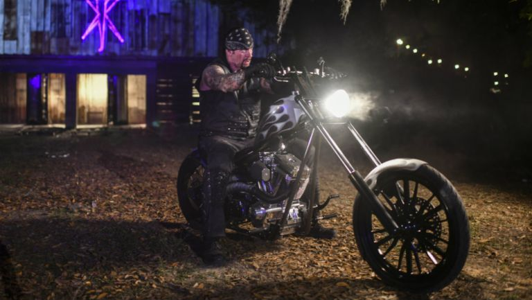 Undertaker llegando al combate