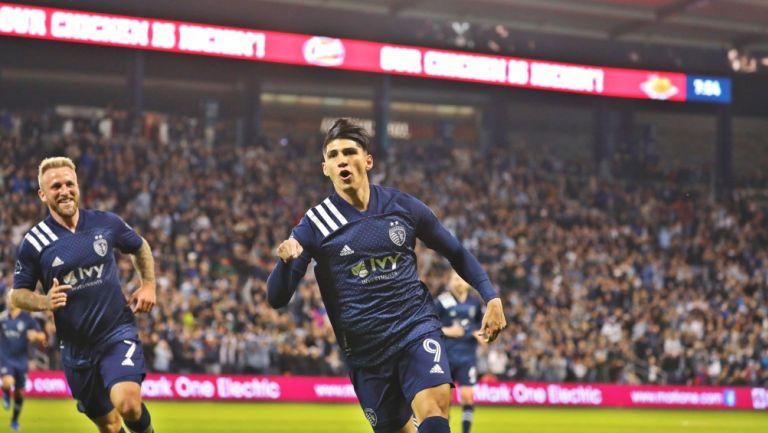 Alan Pulido celebrando un gol con Sporting Kansas City