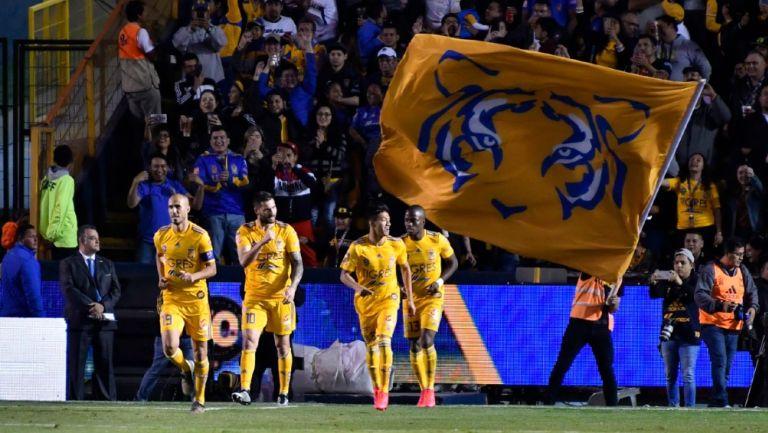 Jugadores de Tigres celebrando un gol en el Estadio Universitario