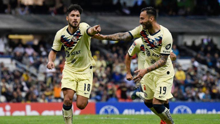 Bruno Valdéz y Emanuel Aguilera celebrando un gol con América