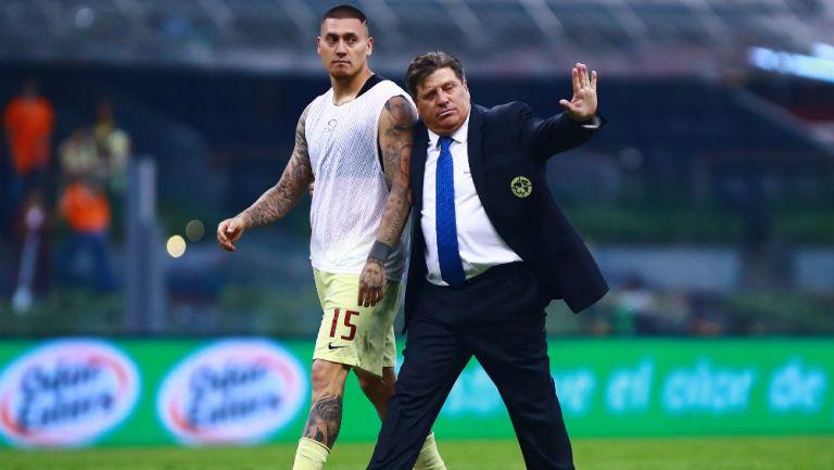 Nico Castillo y Miguel Herrera en el Estadio Azteca