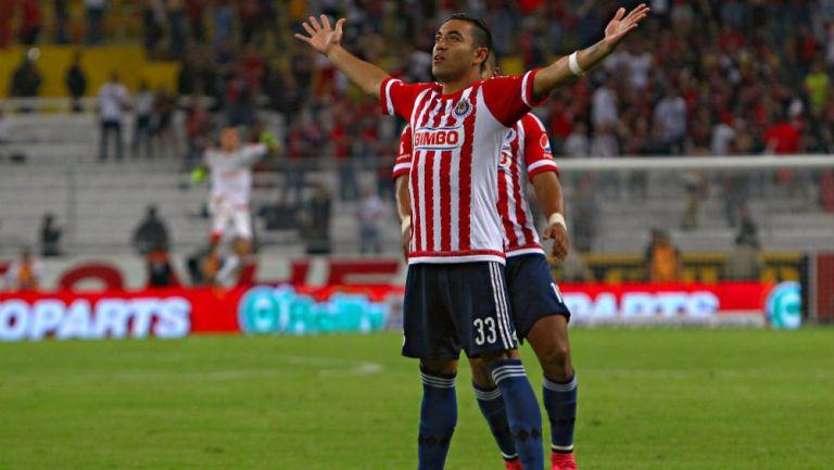 Marco Fabán celebrando una anotación con Chivas