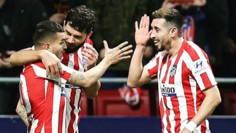 Atlético de Madrid: Héctor Herrera festeja un gol con sus compañeros