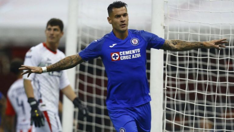 Milton Caraglio celebrando una anotación con Cruz Azul