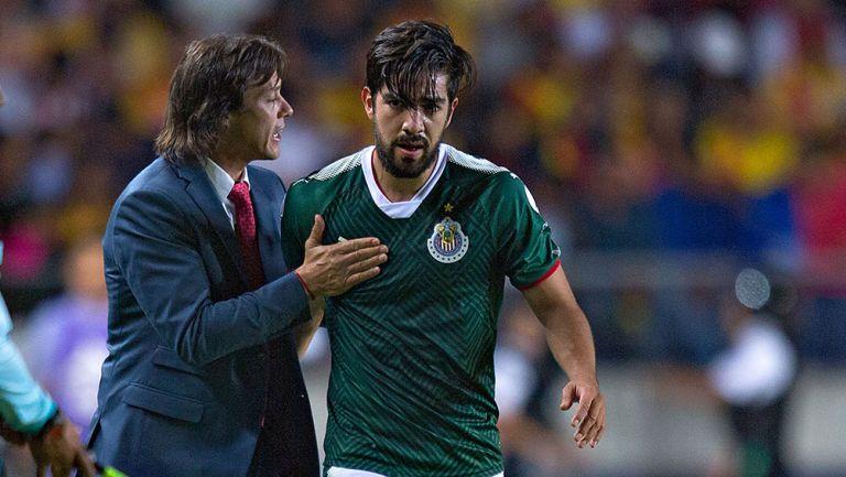 Almeyda da indicaciones a Pizarro en un juego de Chivas