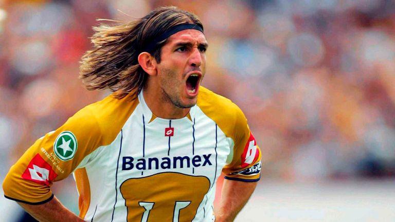 Marioni en pleno festejo de gol con Pumas en 2004