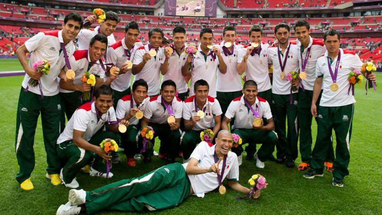 Jugadores del Tri presumen sus medallas en Wembley