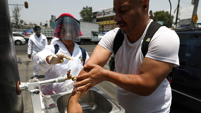 Hombre se lava las manos en la CDMX