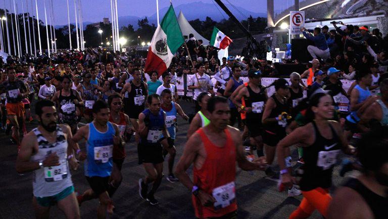 Runners pasan por el Olímpico Universitario en la última edición del Maratón