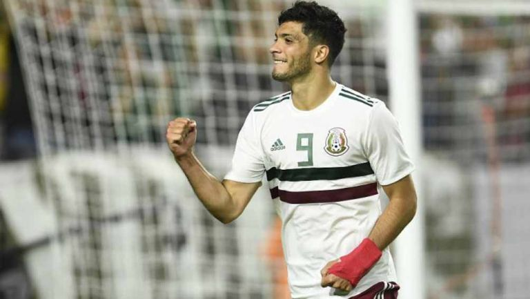 Raúl Jiménez festeja un gol con el Tri