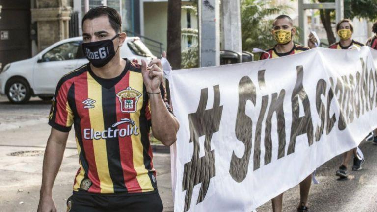 Omar Bravo en protesta con Leones Negros