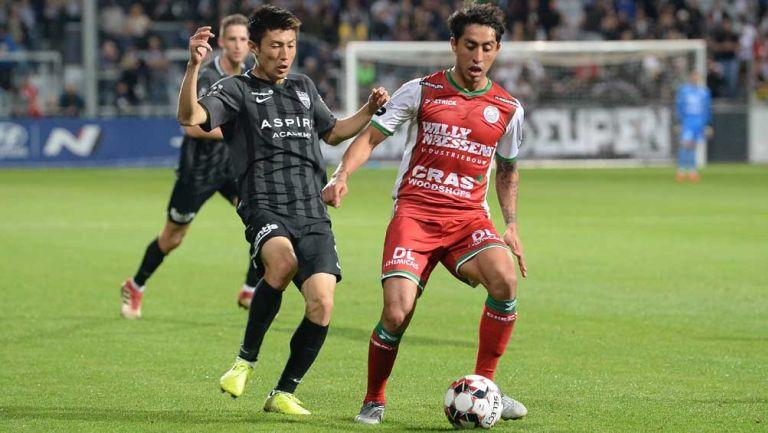 Omar Govea pelea un balón en la Liga de Bélgica