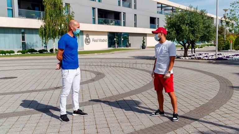 Zinedine Zidane charló con sus jugadores a la distancia