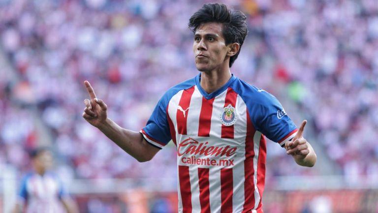 JJ Macías celebra una anotación con Chivas